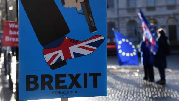 Político británico acusado de promover el antisemitismo en Estados Unidos gana las elecciones al Parlamento Europeo