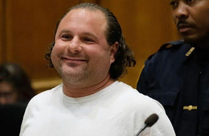 Sospechoso incendiario Matthew Karelefsky sonríe en la corte