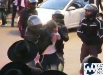 Policías israelíes arrastran a un estudiante de Yeshivá por sus peyot