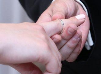 Un niño de cinco años se ha convertido en un casamentero