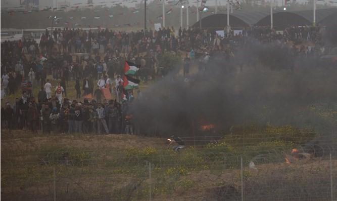 Manifestantes árabes lanzan piedras y explosivos en la frontera
