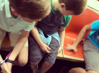 Pasajeros del metro de Nueva York borraron una esvástica