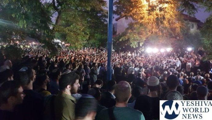 Los palestinos disparan fuegos artificiales mientras miles asisten a Levayá de Dvir Sorek z'l