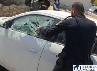 <strong>En Israel.</strong> El policía destroza la ventanilla del automóvil para sacar al niño del interior