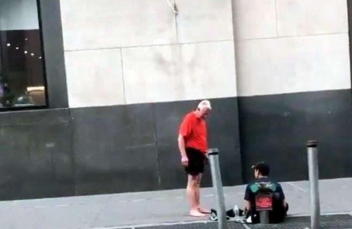 Jogger le da sus zapatillas a un hombre sin hogar y camina descalzo a casa