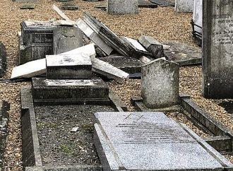 Lápidas destruidas en cementerio judío cerca de Londres