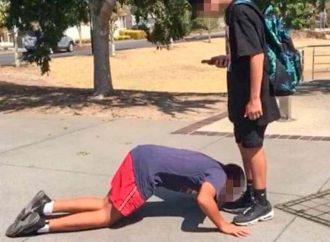 Niño judío obligado a besar los pies de compañero de clase musulmán