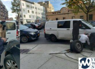 El agente de tránsito le impone una multa a Chaverim mientras cambia un neumático pinchado