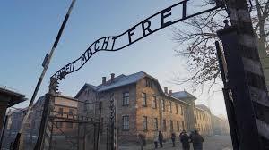 Miles de personas muestran apoyo a sobreviviente del Holocausto amenazado en Milán