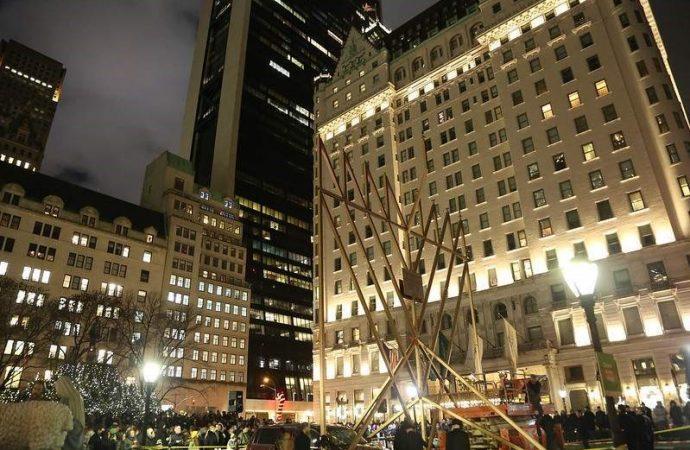 32 pies, 4.000 libras: Menorot en Plazas de Brooklyn y Manhattan