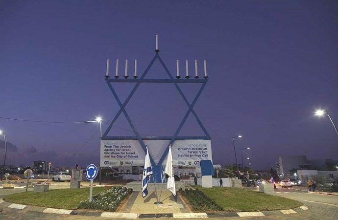 Sderot erige una Menorah más alta que la de Brooklyn y Manhattan