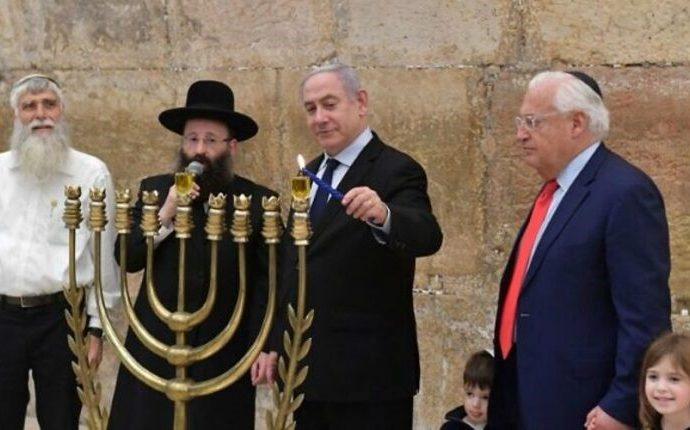 Netanyahu y Friedman encendieron la primera vela de Jánuca en el Muro Occidental