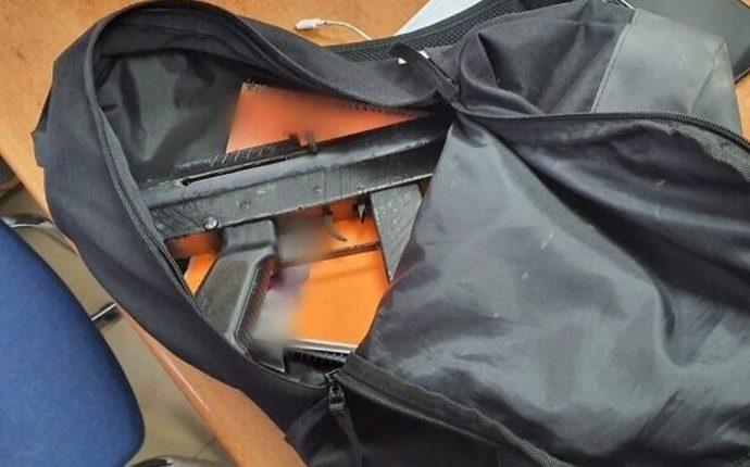 Policía de Israel encuentra metralleta escondida en libros de estudiantes árabes