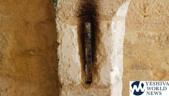 Mezuzá en Kéver Shmuel HaNaví incendiada