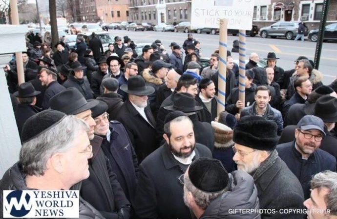Cientos de residentes de Flatbush protestaron fuera del Centro Judío East Midwood