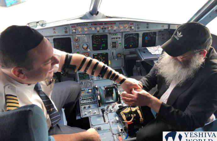 Shelíaj de Jabad pone Tefilín a ambos pilotos en vuelo a Bahamas
