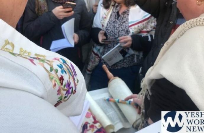 Las mujeres del muro escabullen Séfer Torá en la sección de mujeres del Kotel