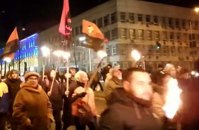 Marcha de antorchas en Kiev en honor a un colaborador nazi