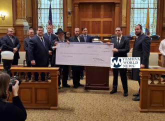 <strong>Kidush Hashem.</strong> Cheque de $ 47,000 de la comunidad judía entregado a la familia del detective caído de Jersey City