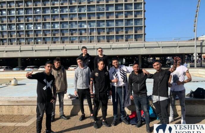 Protesta de adolescentes frente del municipio de Tel Aviv por la prohibición del stand de Tefilin