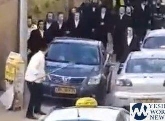 <strong>Conducta salvaje.</strong> Adolescentes amenazan con cuchillos a jareidim en Bnei Brak