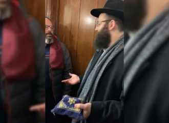 Un hombre sin hogar en Times Square le dice al Rav que hará sandalias con correas de tefilín