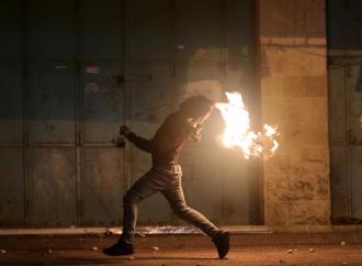 Palestinos lanzan bombas incendiarias a tropas de las FDI