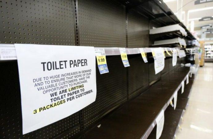 Hombre dirige intercambio de papel higiénico en esquina de California