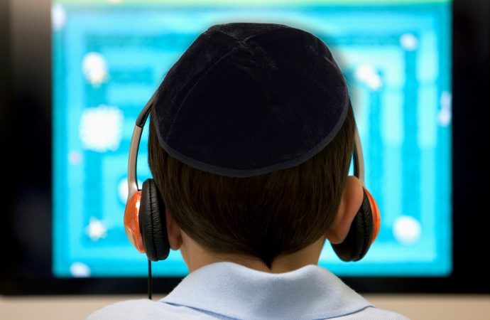 Casi nunca mis hijos usaban Internet, hasta que el coronavirus forzó a su escuela ortodoxa en línea