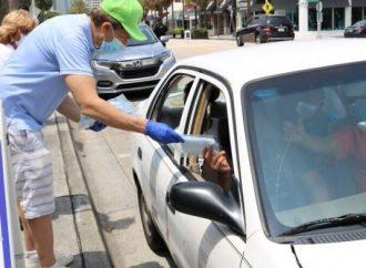 El Centro Jabad en el sureste de Florida distribuye más de 50,000 máscaras en la calle