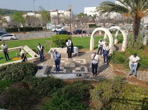 La Knéset aprueba: 19 personas permitidas en Minyanim, 20 en bodas, 3 en Mikvaos para hombres
