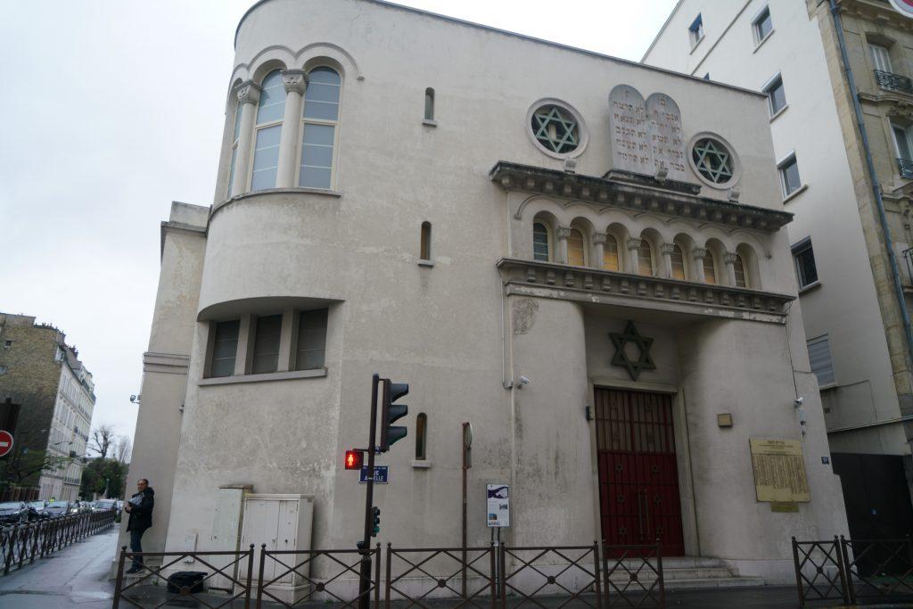 Un hombre saliendo de la sinagoga de Neuilly-sur-Seine, Francia, el 11 de diciembre de 2017. (Cnaan Liphshiz)