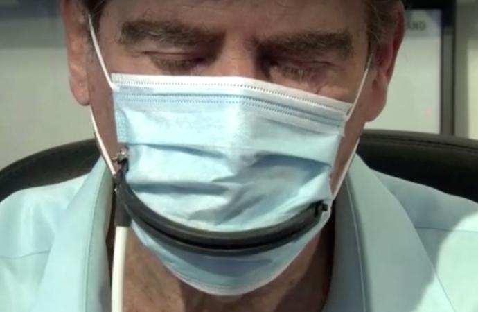 Los inventores israelíes crean una máscara facial con ranura para comer en público