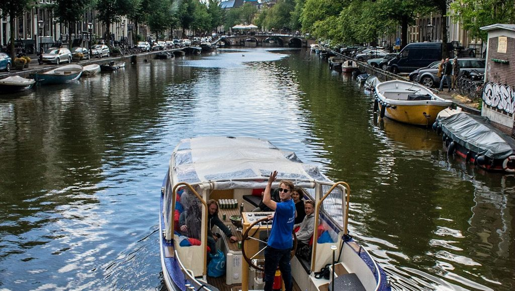 Un barco perteneciente al operador turístico del canal We Are Amsterdam navega en el centro de Amsterdam, Países Bajos en 2019. (Cortesía de We Are Amsterdam)