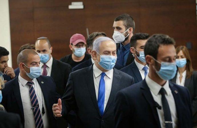 Netanyahu no se sentará en el banco del acusado antes de que los fotógrafos salgan de la sala del tribunal