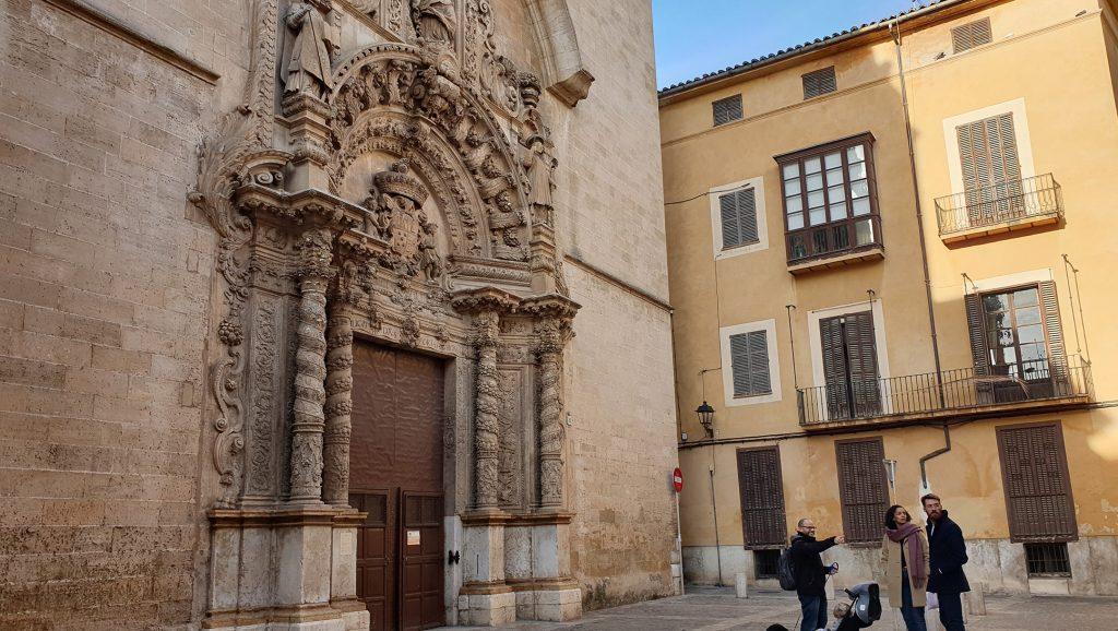 Dani Rotstein, señalando, explicando a los turistas alemanes sobre una iglesia que solía ser una sinagoga en Palma de Mallorca, España, el 11 de febrero de 2019. Cnaan Liphshiz