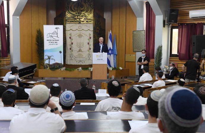 El presidente Rivlin visitó hoy la Yeshivat Kfar Haroeh y participó de una sesión de estudio conjunta