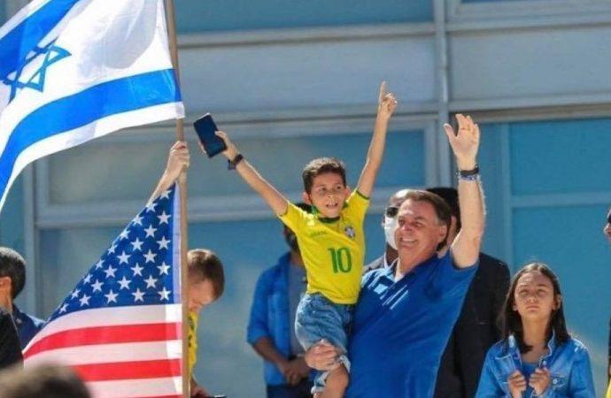 El presidente de Brasil habla junto a una bandera israelí en una manifestación contra la Corte Suprema, confundiendo y enojando a los judíos