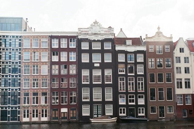 Amsterdam: láminas de plástico separan a los maestros de los estudiantes