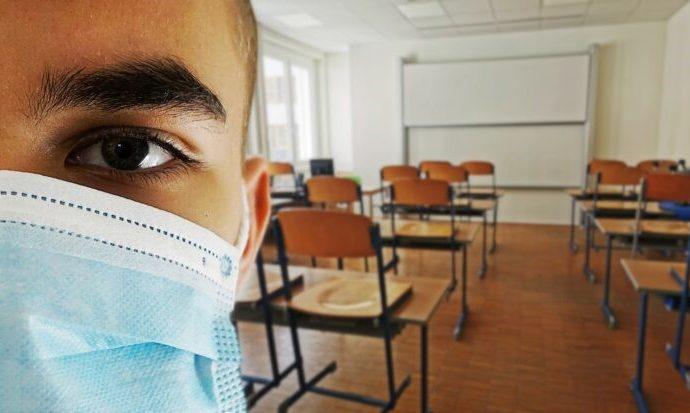 El maestro de la escuela en el centro del brote fue a trabajar sabiendo que estaba enfermo