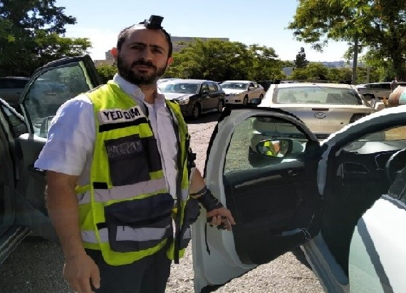 Voluntario de Yedidim salva al bebé del automóvil en la mitad de su plegaria