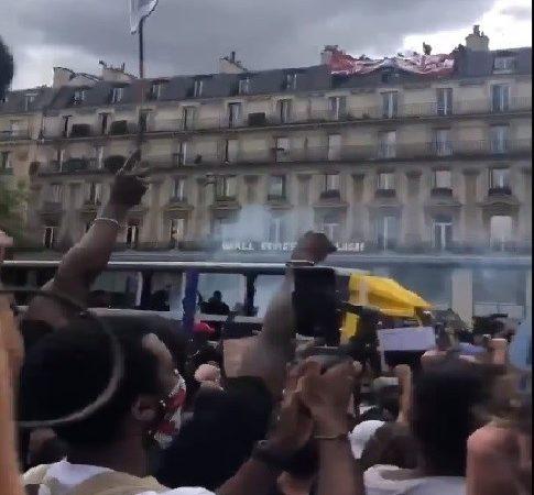"""Manifestantes antirracistas en París cantan """"judíos sucios"""" en contra de los manifestantes"""
