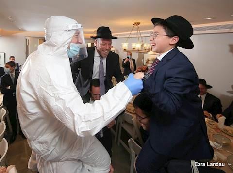 """¿Cómo un bajur yeshivá asiste a una simjá en un """"plan cápsula""""?"""