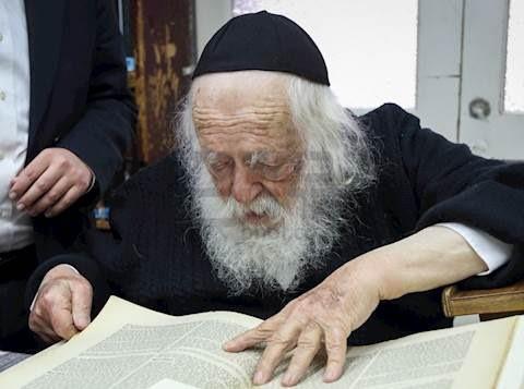 La Mishnah Berurah dice que tenemos que usar una máscara