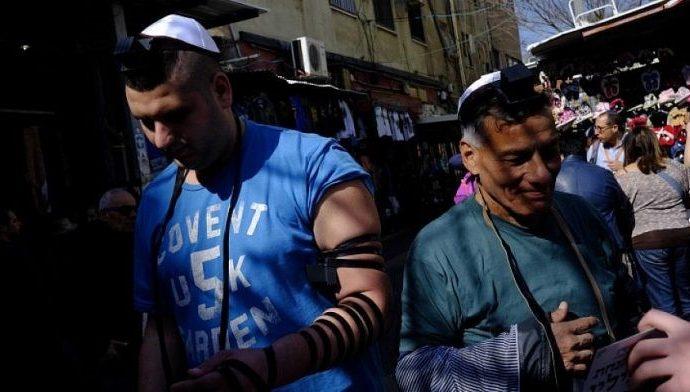 Rabinos europeos entregan tefilín a judíos necesitados