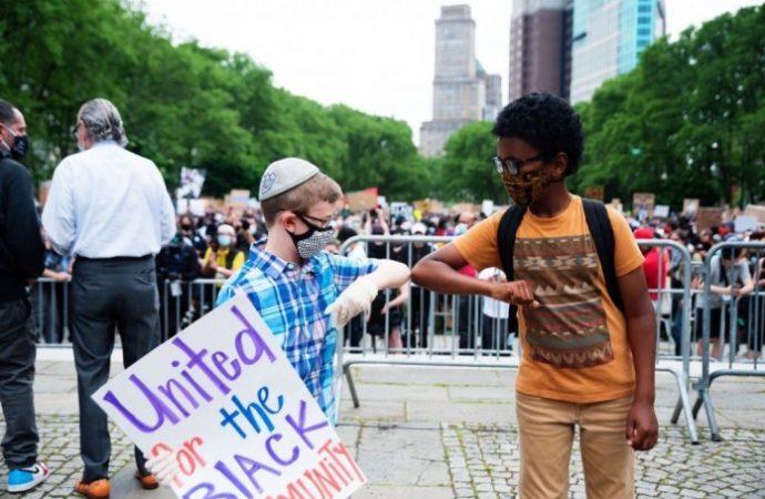 La madre judía ortodoxa de Nueva York enseña a sus hijos Tikún Olam a través del compromiso cívico