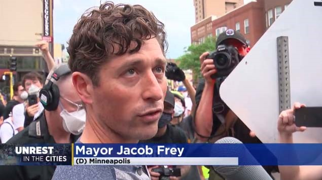 El valiente alcalde judío de Minneapolis afirma delante de la multitud que no abolirá la policía