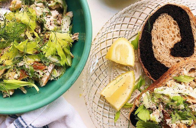 Una versión fresca de la ensalada de pescado blanco con labneh y limón