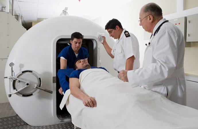 Los doctores prueban las cámaras de oxígeno presurizado en la lucha COVID