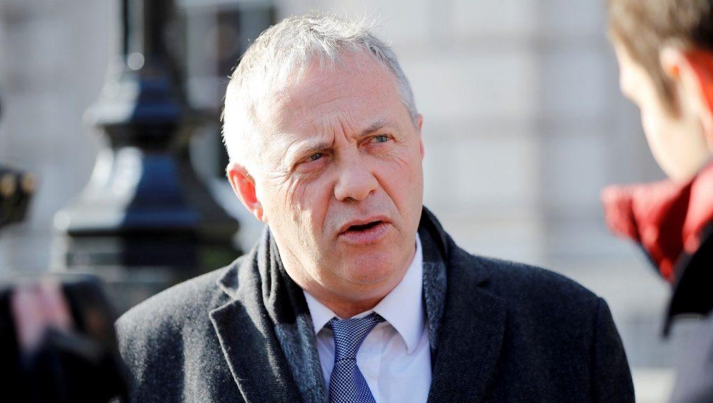 John Mann abandona la oficina del gabinete en Whitehall, en el centro de Londres, Reino Unido, el 31 de enero de 2019 (Tolga Akmen / AFP a través de Getty Images).